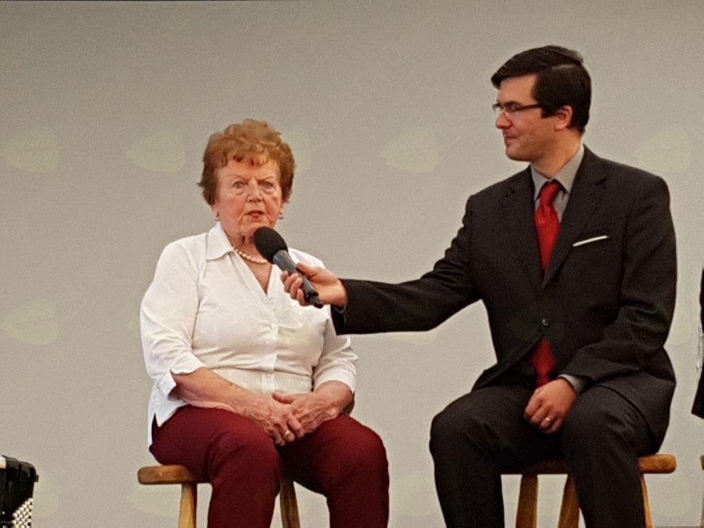 Svojo zgodbo izpred 60 let o začetku dela v mlekarni je z obiskovalci delila domačinka Ada Čebokli, ki jo na mlekarno še danes vežejo lepi spomini. Foto: Nataša Hvala Ivančič