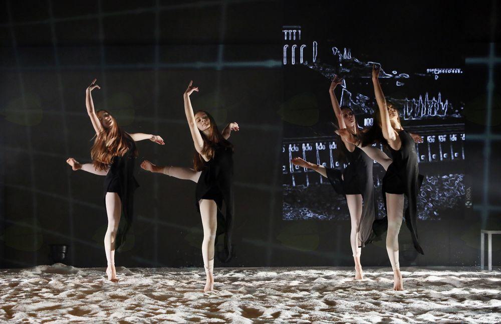Baletno-gledališka predstava :Čas je otrok, ki se s kamenčki igra: Otrok na prestolu