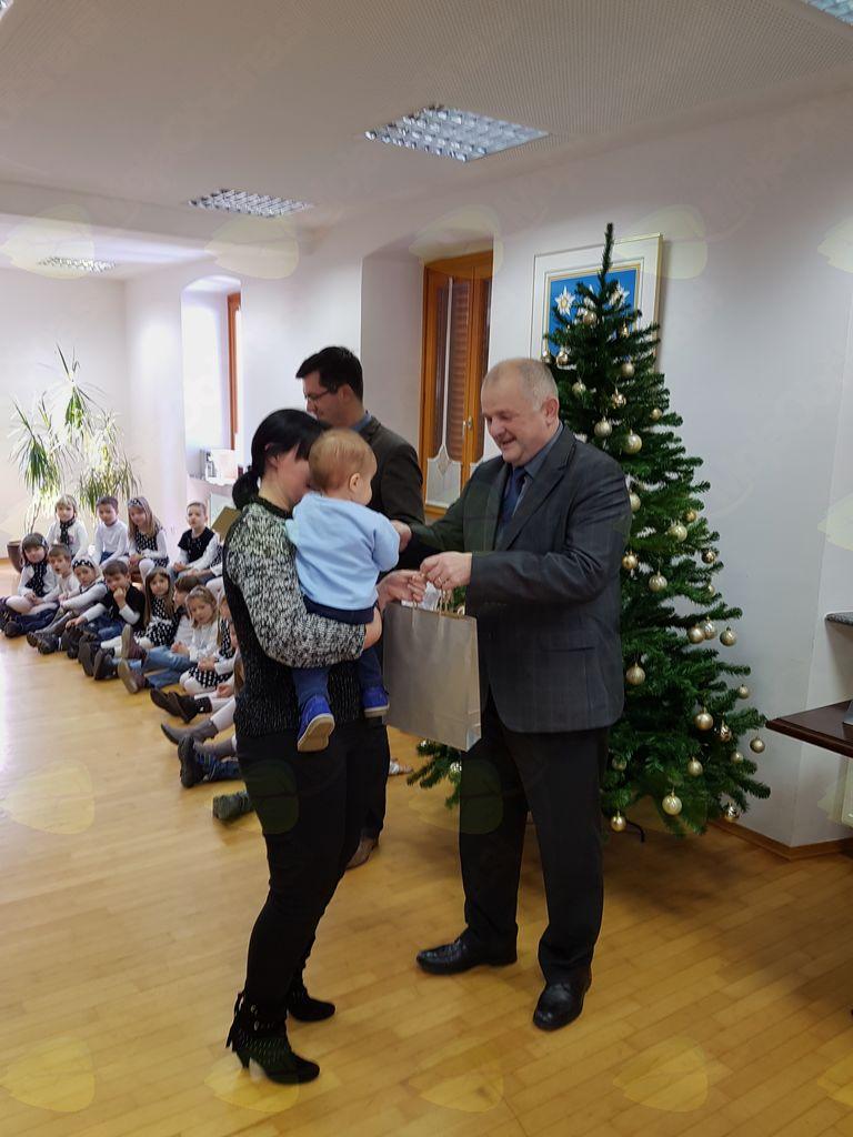 Vsakega otroka je vzel v naročje in staršem osebno čestital ter jim predal pozornostno novoletno darilo, ki ga najmlajšim občanom podarja Občina Kobarid. Foto: Nataša Hvala Ivančič