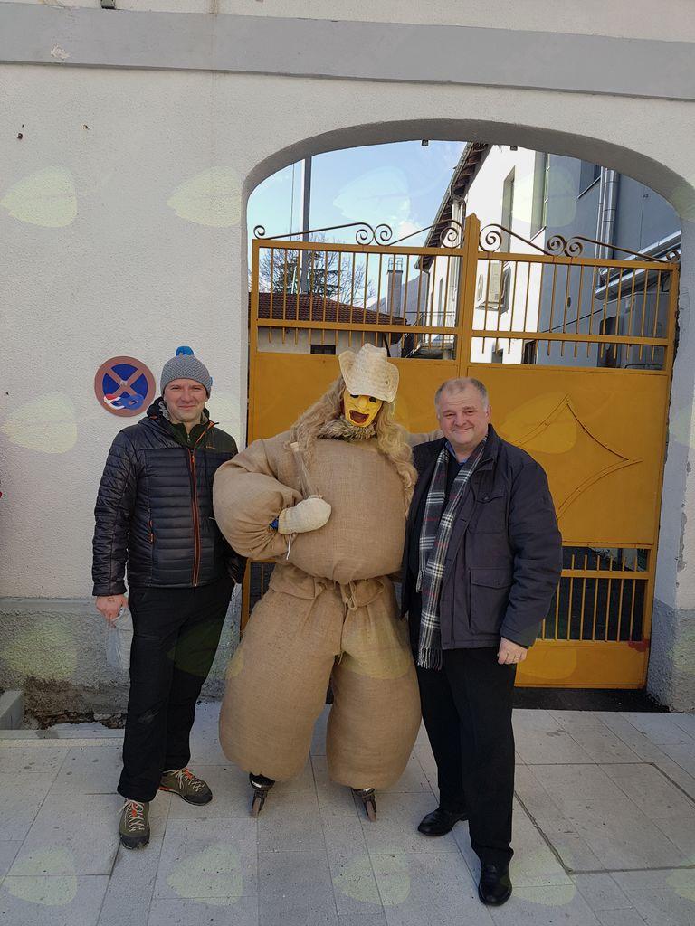 Kobariški pust 2018 sta si ogledala tudi župan Občine Kobarid Robert Kavčič in direktor občinske uprave Občine Kobarid Simon Škvor.