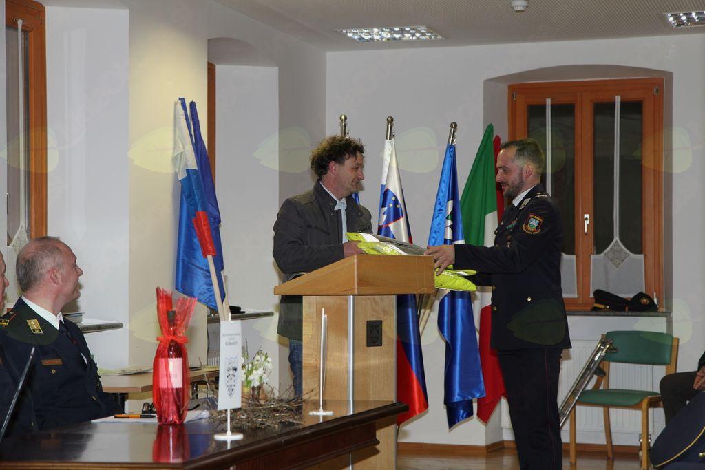 Poveljnik Štaba Civilne zaščite Občine Kobarid Marko Lavrenčič je v uporabo predal praktično darilo (dežne plašče). Foto: PGD Kobarid