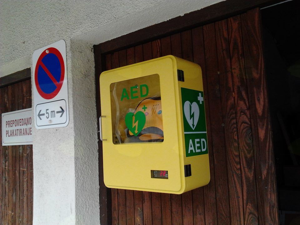 Predaja defibrilatorja v Idrskem