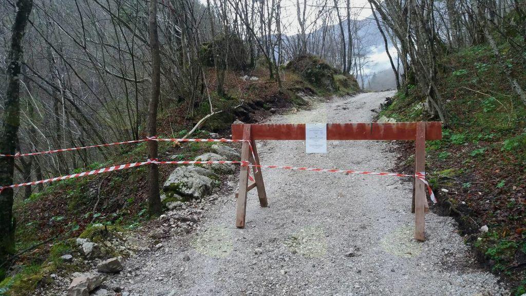Zapora pešpoti od brvi čez reko Sočo do slapa Kozjak