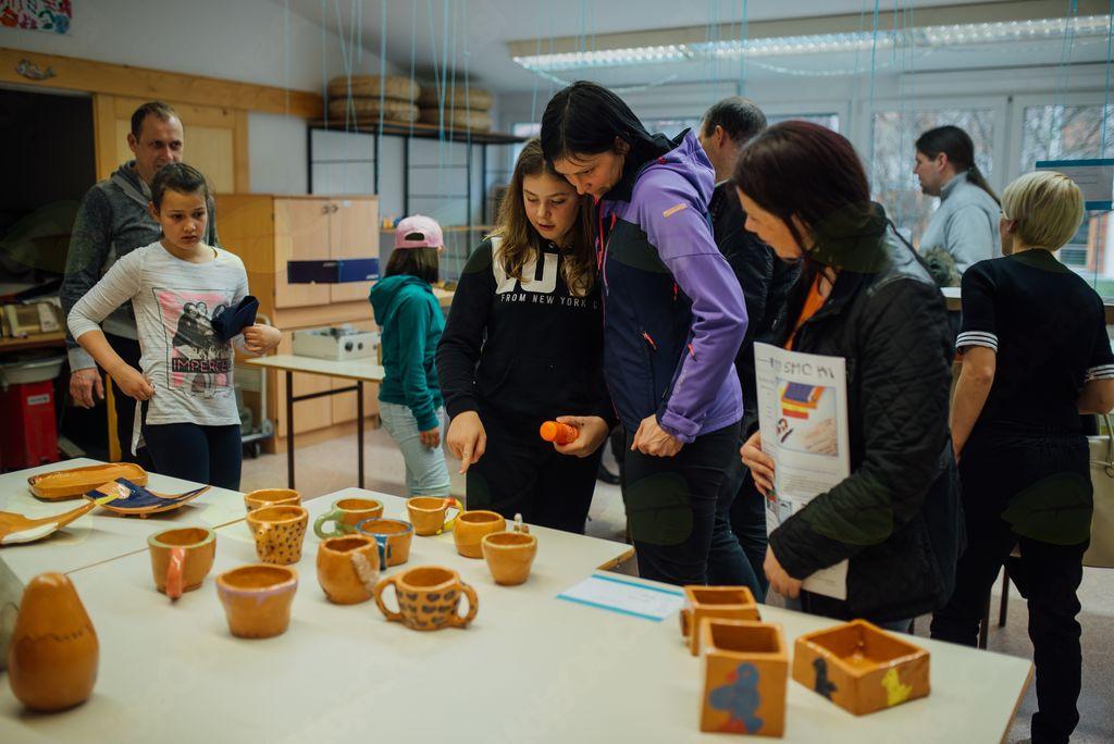 Obiskovalci so si ogledali razstave po učilnicah, ki so jih pripravili učenci v sodelovanju z mentoricami in mentorji.