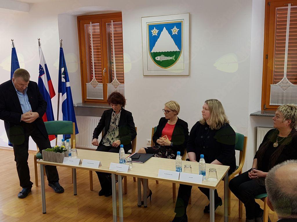 V Domu Andreja Manfrede je potekala javna tribuna z naslovom Kako bomo reševali problematiko starejših, socialno ogroženih in hendikepiranih v Posočju?