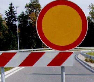 Popolna zapora lokalne ceste od igrišča v Kredu do naselja Robič