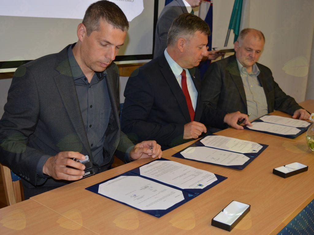 Podpisali smo Pogodbo o sofinanciranju operacije »Mikro daljinsko ogrevanje na lesno biomaso Kobarid«