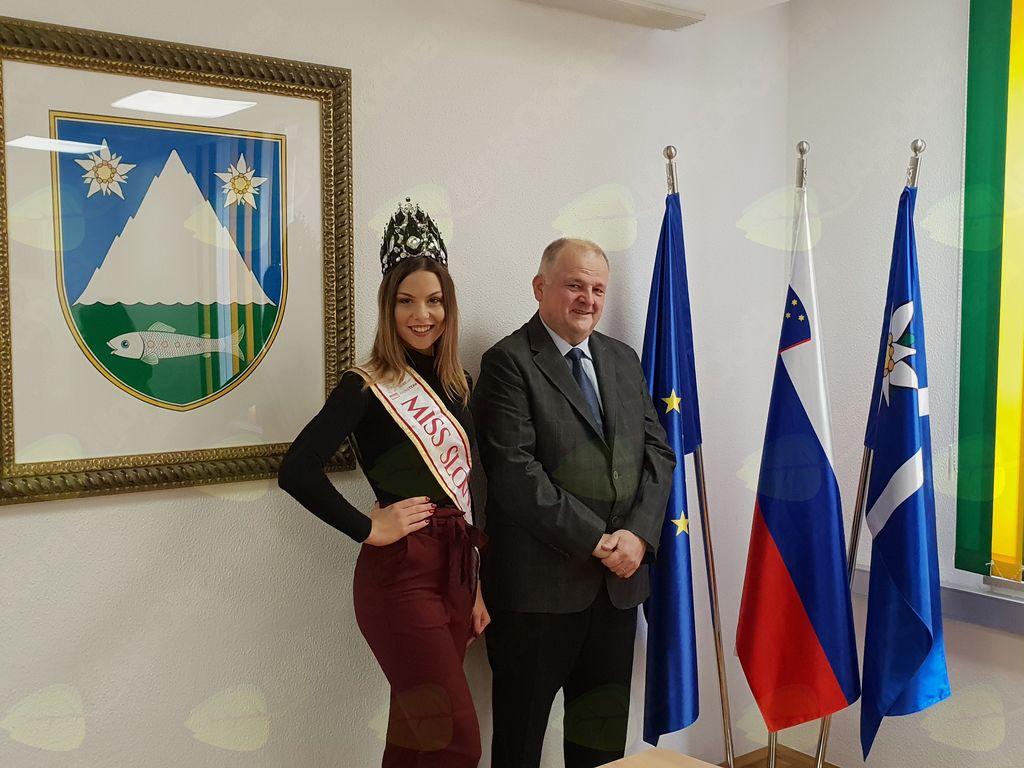 V soboto, 6. oktobra, je župan Občine Kobarid Robert Kavčič v prostorih Občine sprejel letošnjo Miss Slovenije Laro Kalanj. Foto: Nataša H. Ivančič