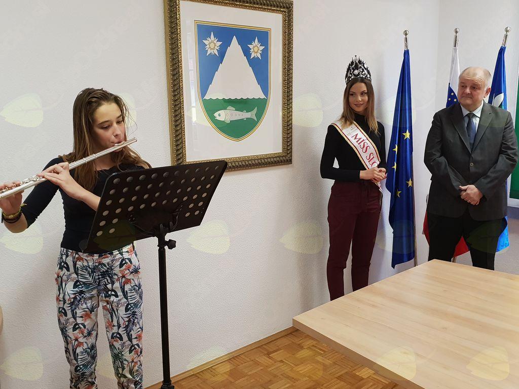 Glasbeni del sprejema je prevzela mlada glasbenica Manca Stres. Foto: Nataša H. Ivančič