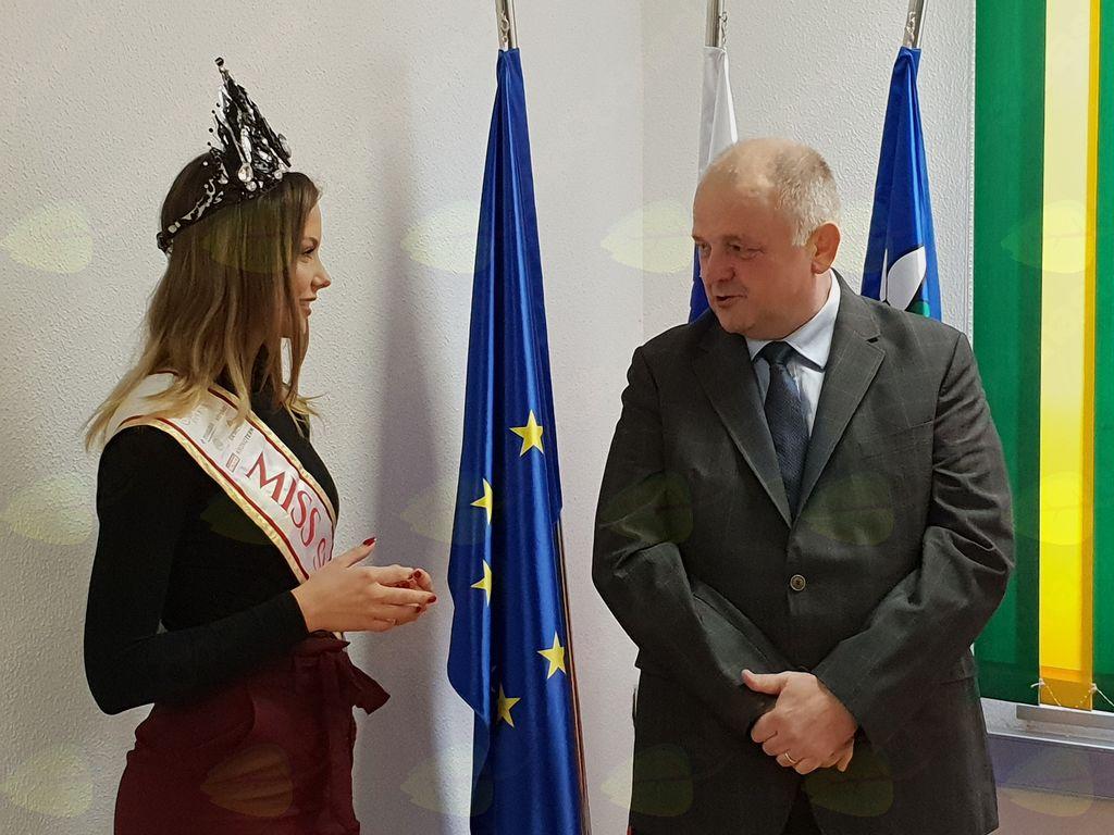 Župan je poklepetal z novo Miss Slovenije o njenih načrtih za prihodnje. Foto: Nataša H. Ivančič