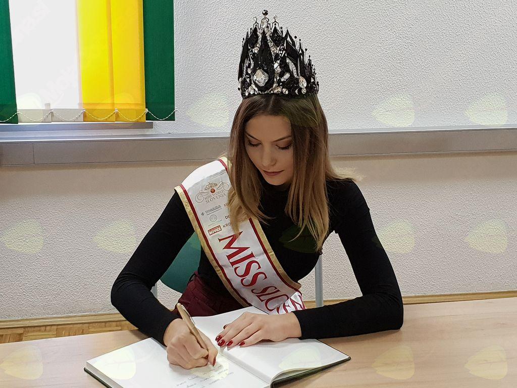 Miss Slovenije se je vpisala v spominsko knjigo Občine Kobarid. Foto: Nataša H. Ivančič