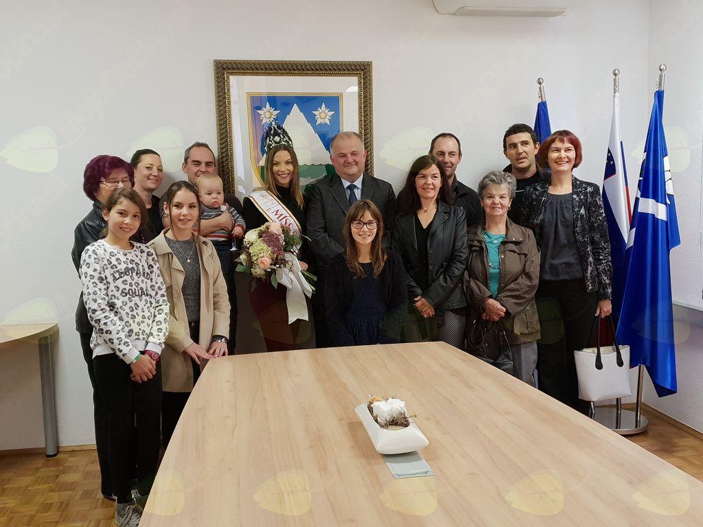 Miss Slovenije in župan Občine Kobarid v družbi Larinih staršev in sorodnikov. Foto: Nataša H.  Ivančič