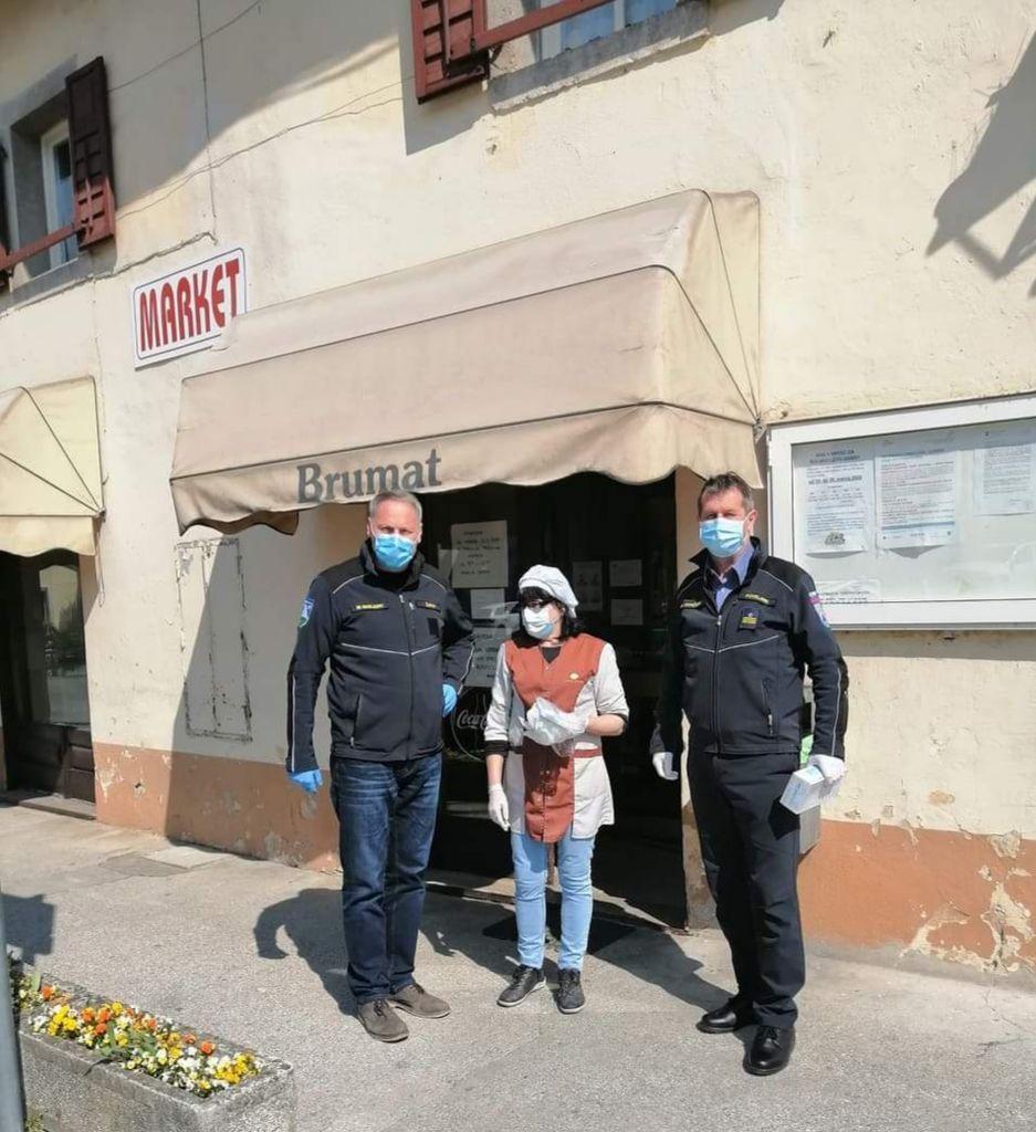 Zaščitne maske razdelili tudi v Kobaridu.