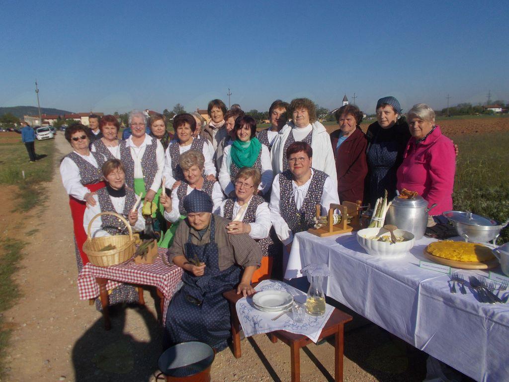 Članice društva žena, ki so sodelovale s kulinariko in peko