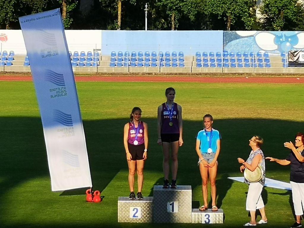 Nika Dobovšek in Lea Haler na podelitvi (1500 m)