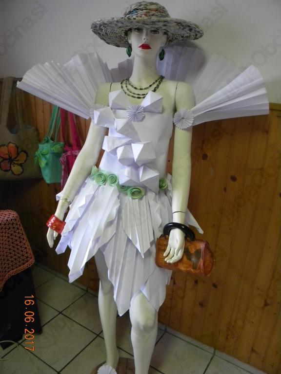 Lutka v obleki, izdelani iz papirja