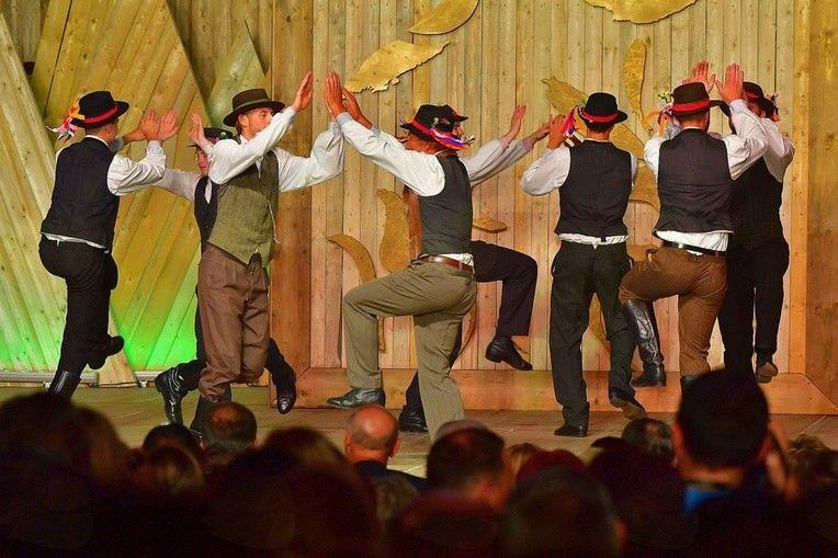 Nastop naših folkloristov s poljskim plesom