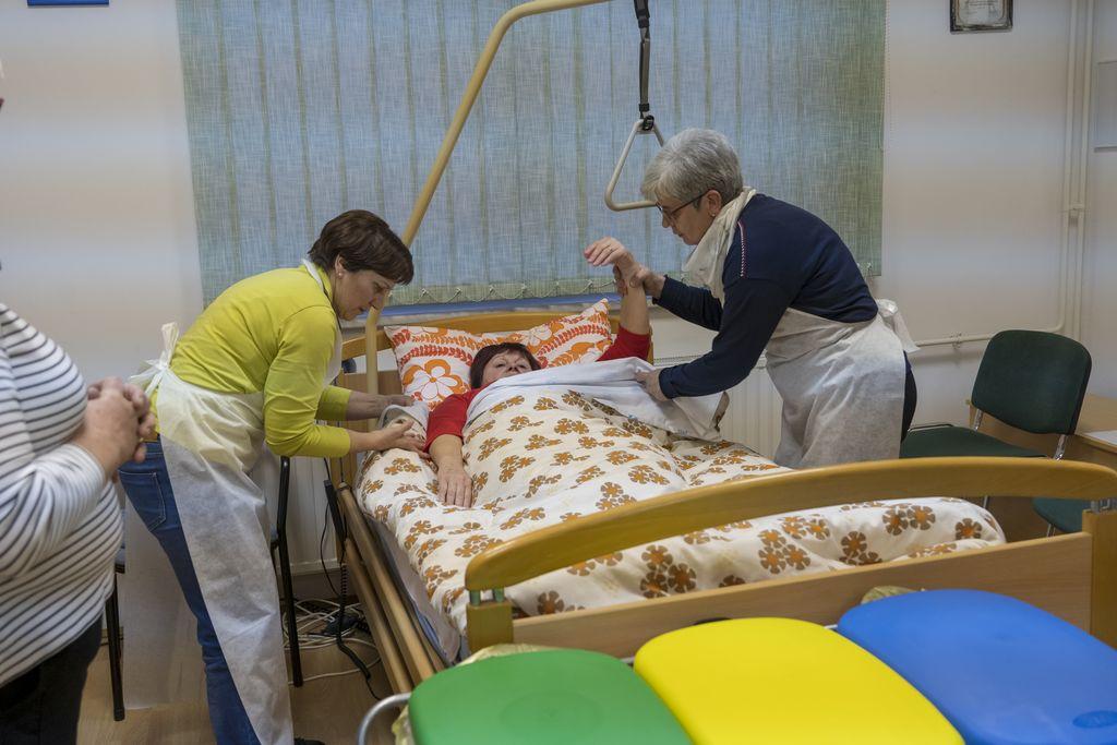 Še posteljo urediva in bolnica lahko počiva