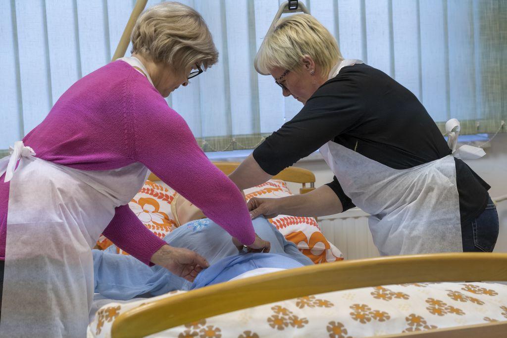 Preoblačenje pižame bolnika po možganski kapi
