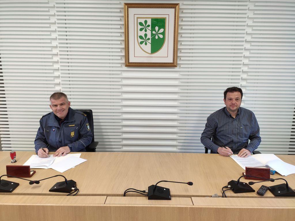 Podpis pogodbe: predsednik GZ Kidričevo, tov. Toni Dolenc (levo) in direktor WEBO Maribor, g. Uroš Predikaka (desno)