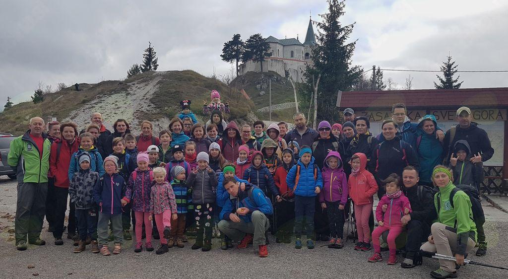 Naša ekipa pri planinskem domu na Zasavski Sv. gori.