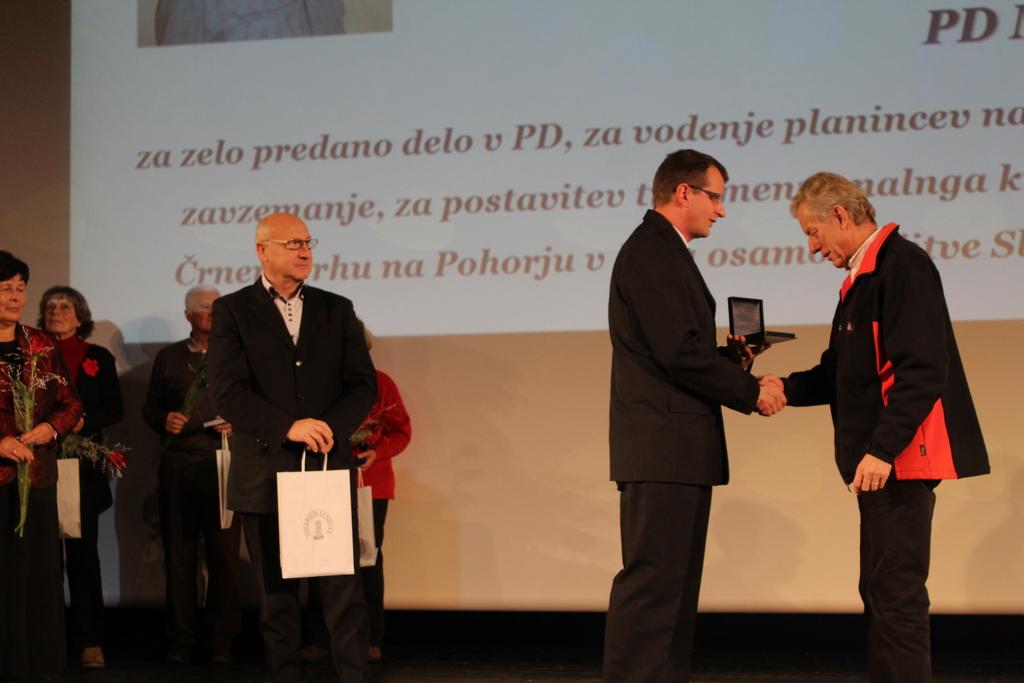 Tine Tajnik prejema priznanje s strani predsednika PZS