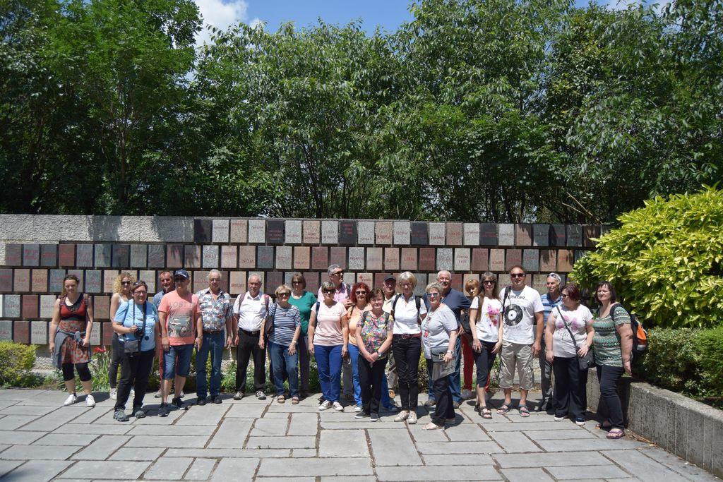 Gasilska fotografija pred spominskim obeležjem, kjer so v marmorne plošče zapisane države, ki so podpisale Ženevske konvencije in kjer deluje Rdeči križ. Žal je na fotografiji le pol skupine, vsega skupaj pa nas je bilo 90 udeležencev.