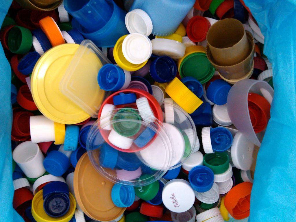 Plastične pokrovčke še vedno zbiramo