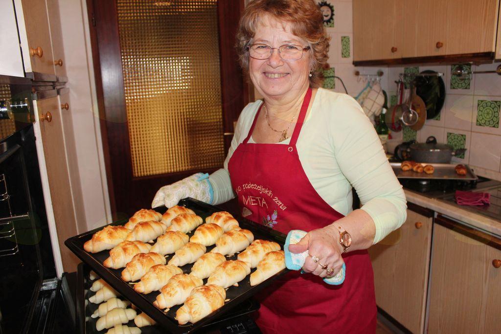 Majda Brežnik peče okusne rogljiče.