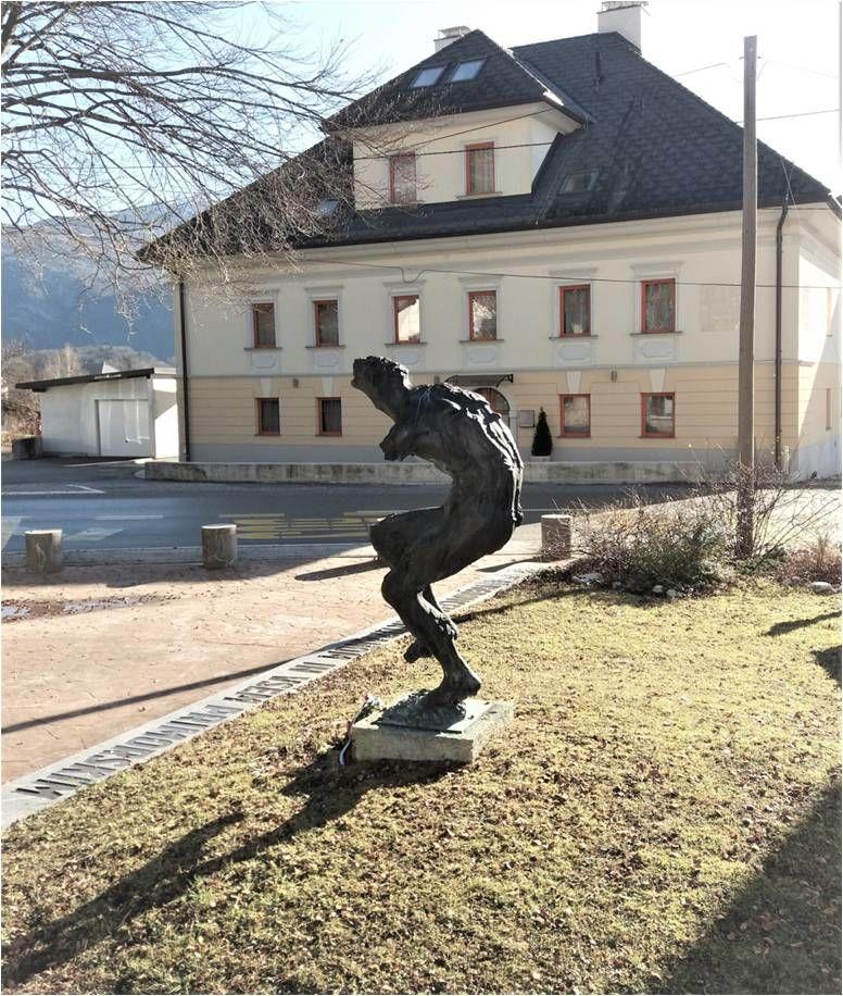 Spomenik v Bovcu, v ozadju Gostila Huber pred prvo vojno, zdaj apart hotel