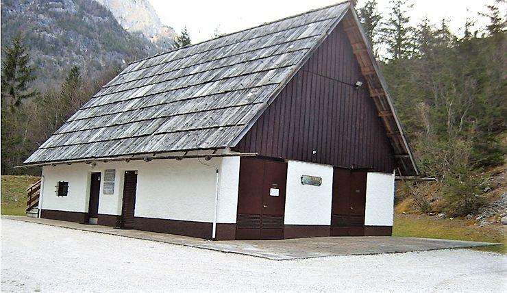 Strojnica s trentarsko streho in lesenimi žlebovi