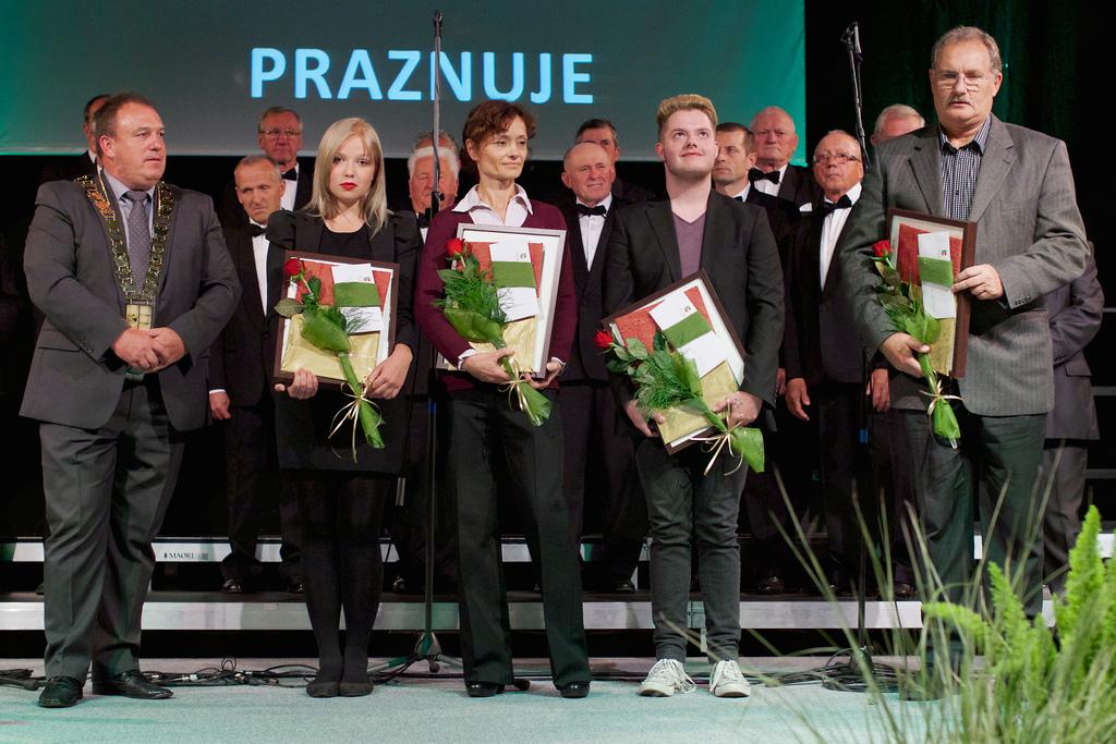 Z leve proti desni: župan, Ana Boršič, Miha Herlah (priznanje je prevzela mati Barbara), Niko Krhlanko in Urban Jezernik (priznanje je prevzel oče Ivan)