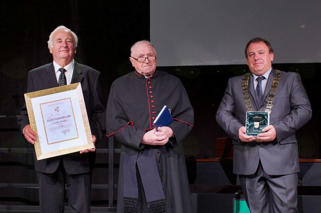 Dr. Vinko Kraljič, prejemnik zlatega vojniškega grba je prejel priznanje iz rok župana in podžupana.