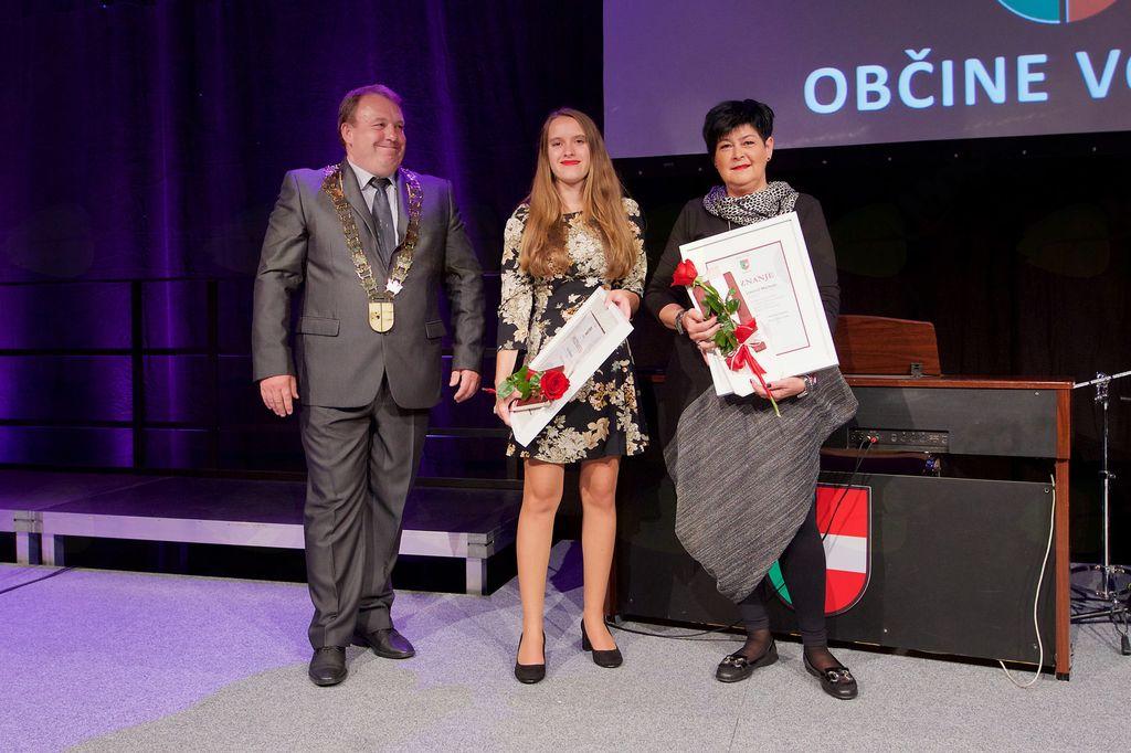 Zlata maturantka Lana Kuzman in prejemnica priznanja za študijske dosežke Klara Bojanovič Machado (priznanje prevzela mama Nada)
