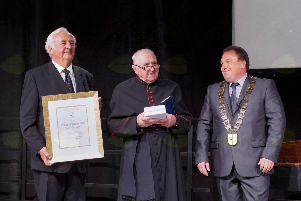Podžupan Viktor Štokojnik, dr. Vinko Kraljič, prejemnik zlatega vojniškega grba, in župan Branko Petre