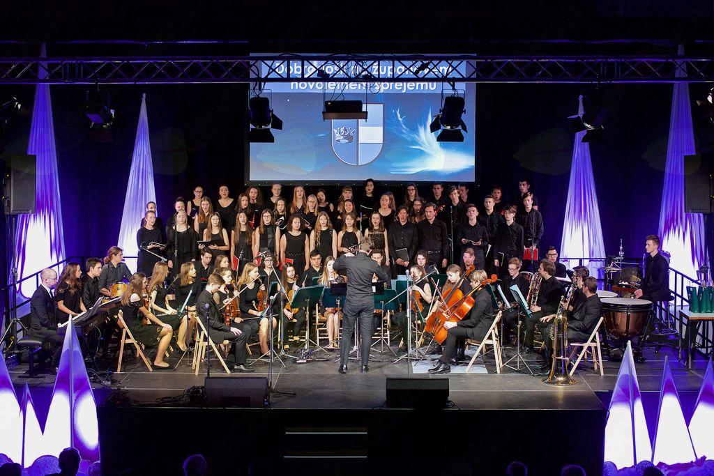 Mešani mladinski pevski zbor I. gimnazije v Celju s šolskim orkestrom