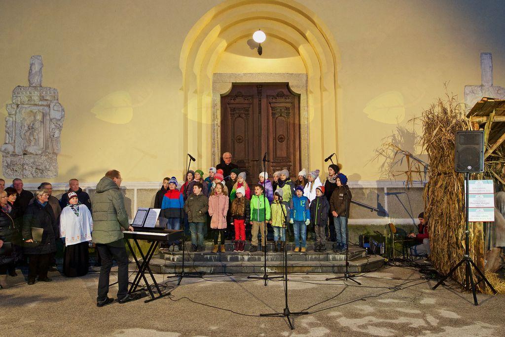 Otroški cerkveni pevski zbor Hozana Vojnik pod vodstvom Simona Jagra.