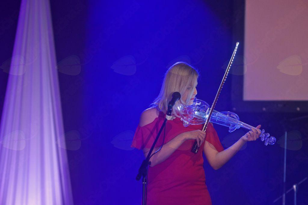 Zvoki violine izpod prstov Anje Istenič