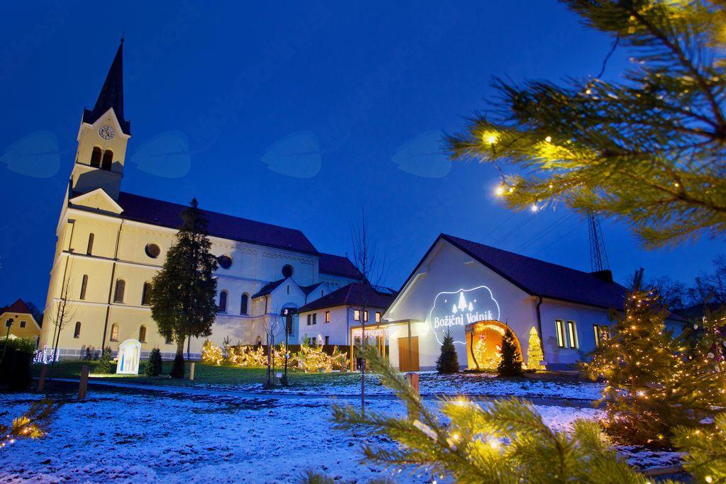 Za projekcijo na Jernejevem domu je zaslužna družina Kovač iz Lešja.