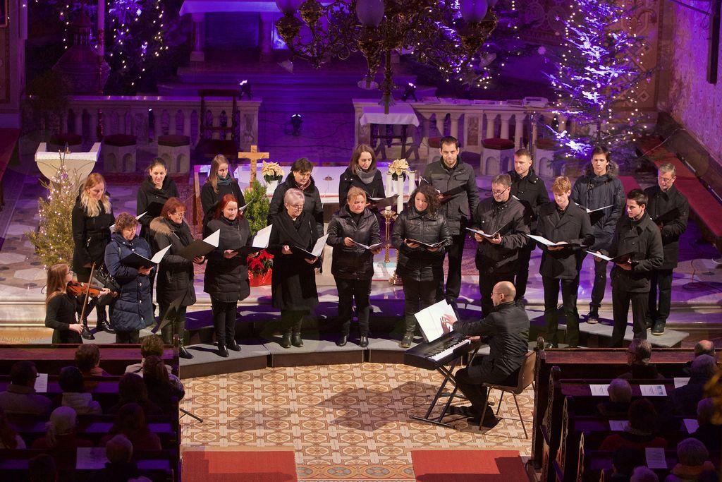 Zbor Forte z zborovodjem Tomažom Marčičem na koncertu vojniških pevskih zborov in solistov