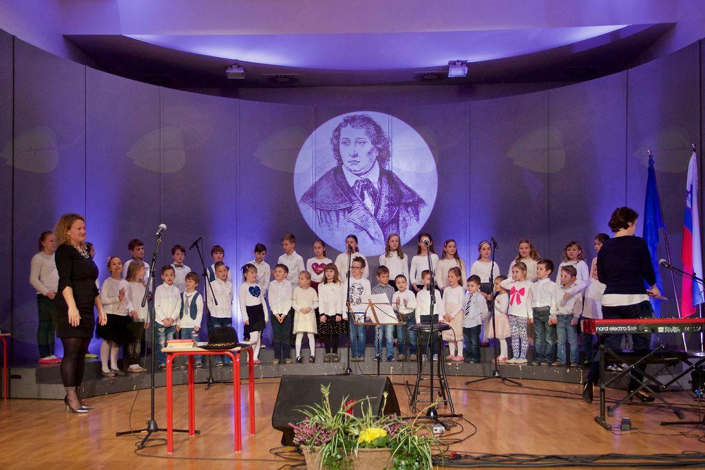 Otroški pevski zbor je zapel slovensko himno, 7. kitico Zdravljice, pesem dr. Franceta Prešerna.