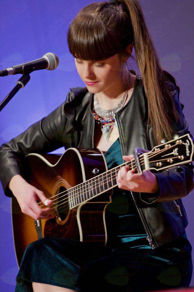 Pevka Ditka s svojim glasom in kitaro vedno navduši.