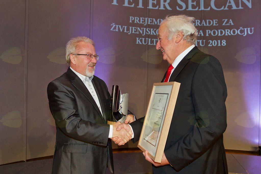 Ob prejemu priznanja je Petru Selčanu čestital tudi podžupan Občine Vojnik Viktor Štokojnik.