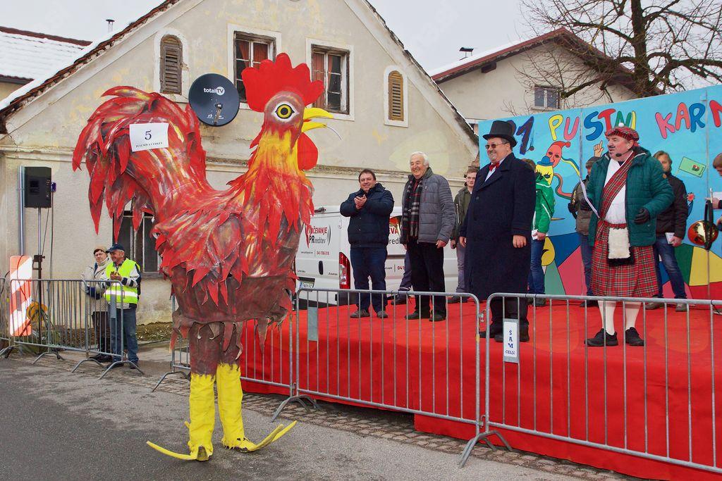 Župan Branko Petre in podžupan Viktor Štokojnik sta nasmejano spremljala karneval v družbi Slavka Jezernika in povezovalca prireditve Dušana Cafute.