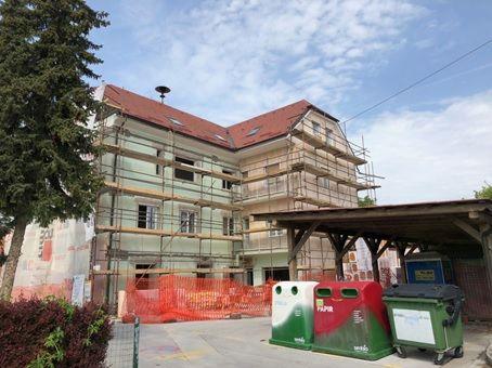 Iz obstoječih stanovanj in poslovnih prostorov se bo uredilo devet stanovanj in eno invalidsko stanovanje v pritličju.