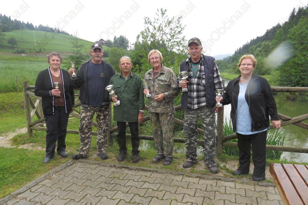 Zmagovalci članov in članic DI Slovenj Gradec na prvi tekmi v ribolovu s plovcem