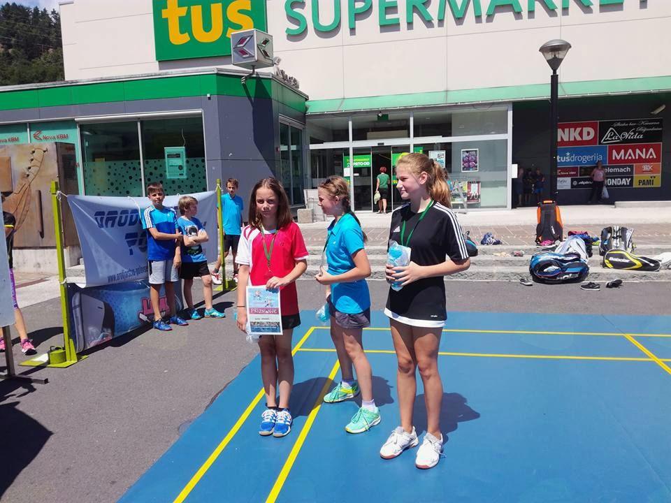 Turnir za otroke v badmintonu na prostem