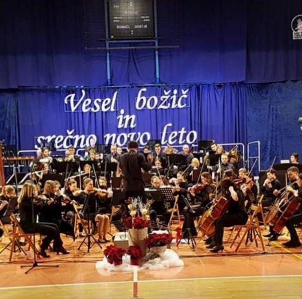 Božično-novoletni koncert Simfoničnega orkestra Glasbene šole Ravne na Koroškem in s koroškimi simfoniki in baletnimi plesalci
