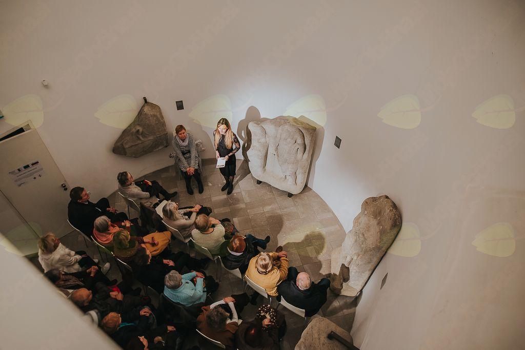 Na hribu grad, v gradu zaklad: Kamni govorijo, saxa loquuntur