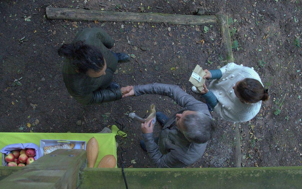 V zahvalo sta avtorja dobila keramični piščali, simbolično darilo Parka Prečno. Foto: Primož Kožuh